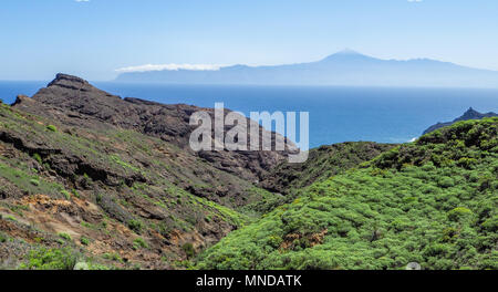 Blick aus der Nähe von Hermigua auf der Insel La Gomera auf einem aktiven Vulkan Teide auf Teneriffa auf den Kanarischen Inseln Stockbild