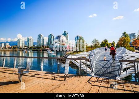 Blick auf False Creek und die Skyline der Stadt, Welt der Wissenschaft Dome, Menschen zu Fuß, Vancouver, British Columbia, Kanada, Nordamerika Stockbild