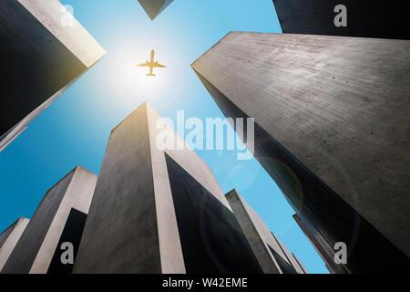 Berlin, Deutschland - Mai, 2019: Flugzeug Fliegen über Denkmal für die ermordeten Juden/das Holocaust-Mahnmal in Berlin, Deutschland Stockbild