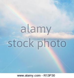 Low Angle Blick auf einen wunderschönen Regenbogen am Himmel Stockbild