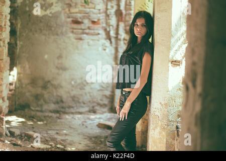 Authentische Frau im alten Gebäude Stockbild
