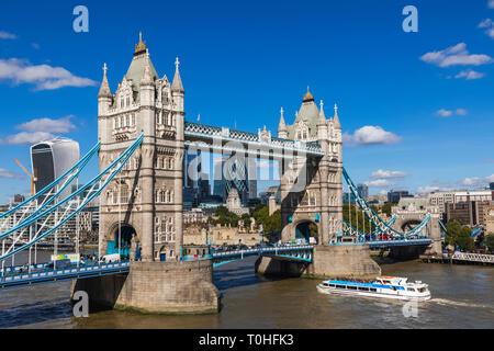 England, London, Tower Bridge und die City von London Skyline Stockbild