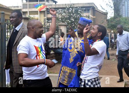 Mitglieder der LGBT gesehen im Chat sind, außerhalb des Gerichtshofs vor der Anhörung. Lesben, Schwule, Bisexuelle und Transgender (LGBT) Personen in Kenia rechtliche Herausforderungen. Sie ordnete einen Fall vor Gericht plädierte für ihre Rechte anerkannt werden, und der Gerichtshof Kolonialzeit Gesetze, die Gay Sex unter Strafe abzuschaffen. Jedoch in dem Urteil des Gerichtshofs hat das Gericht die Gesetze. Stockbild
