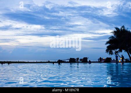 Ahungalla, Sri Lanka - Genießen die Twilight Hour und den blauen Himmel am Strand Stockbild
