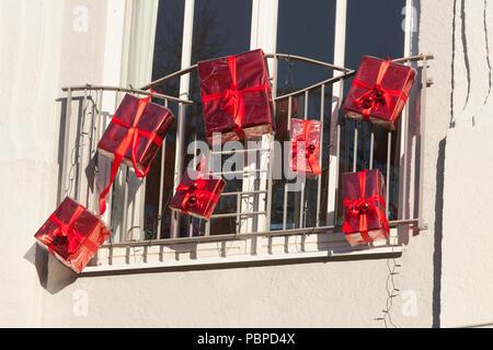 Rotes Fenster dekoriert mit roten Weihnachten Pakete, Bremen, Deutschland, Europa ich mit roten Weihnachtspaketen geschmücktes rotes Fenster, Bremen, sind Stockbild