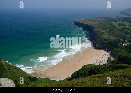Überblick über Andrin Strand, in der Nähe von Llanes, Asturien, Spanien, August. Stockbild