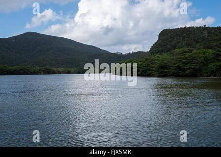 Malerische Aussicht auf Berge See gegen bewölktem Himmel Stockbild