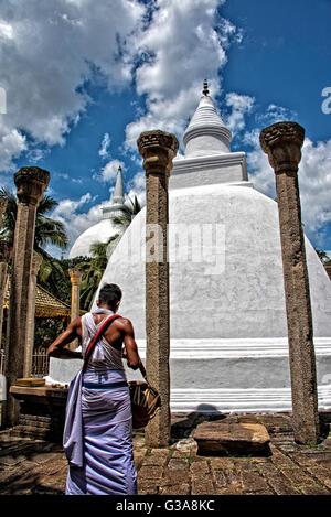 Schlagzeuger in Mihintale Rajamaha Viharaya Tempel, Sri Lanka Stockbild