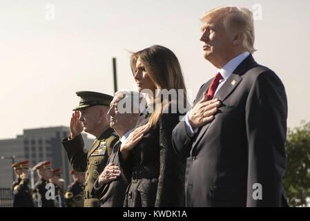 Präsident Trumpf während der 9/11 Einhaltung Zeremonie im Pentagon, Sept. 11, 2017. In Salute, R-L: Präsident Stockbild