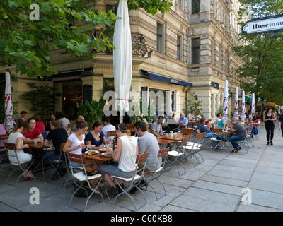 Belebten Straßencafé mit Brunch am Wochenende morgens im Prenzlauer Berg in Berlin Deutschland Stockbild