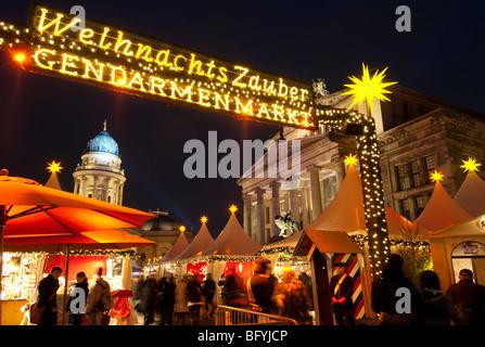 Abends Blick auf traditionellen deutschen Weihnachtsmarkt auf dem Gendarmenmarkt in Berlin Deutschland Stockbild