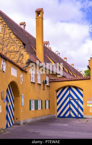 Fuggerei, Augsburg, Bayern, Deutschland - Außenansicht des Gebäudekomplexes mit Toren an Jakob's Square (jakobsplatz). Stockbild