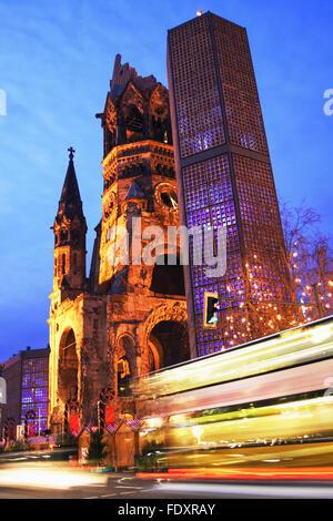 Kaiser Wilhelm Memorial Church und Verkehr trails bei Dämmerung. Der moderne Glockenturm 1963 hinzugefügt Stockbild