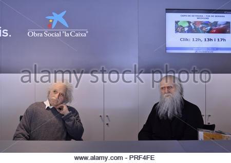 Wachsfiguren von Albert Einstein und Charles Darwin, berühmte Wissenschaftler, an der Rezeption im Wissenschaftsmuseum cosmocaixa installiert, Barcelona Spanien. Stockbild