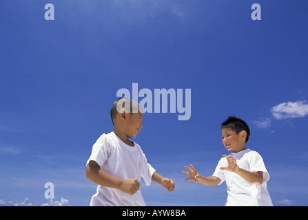 Zwei Jungen kämpfen Stockbild