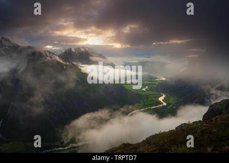 Misty Landschaft bei Sonnenuntergang von Litlefjellet in Romsdalen gesehen, Rauma Kommune, Møre og Romsdal, Norwegen. Stockbild