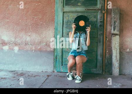 Kreatives Konzept von Frau mit retro-Vinyl-Schallplatte Stockbild