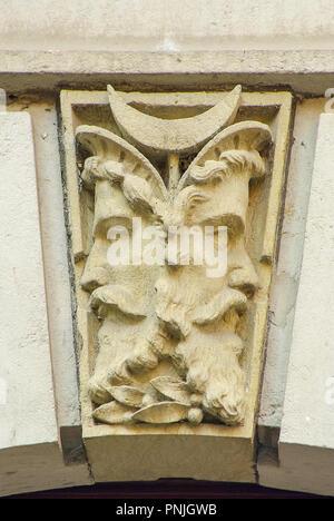 Double Face, Janus Kopf als Schlußstein auf eine Tür Bogen, Königstein, Sachsen, Deutschland. Stockbild