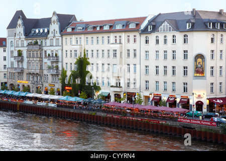 Bar an der Spree, am Abend in Berlin Stockbild