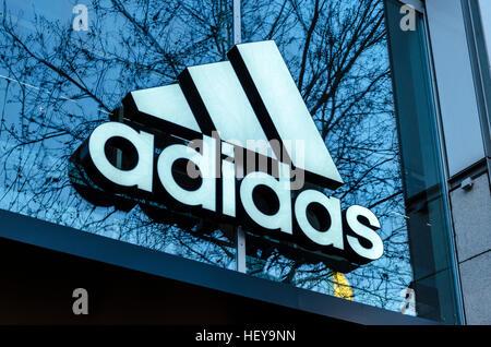 Adidas-Logo außen Store, Berlin, Deutschland Stockbild