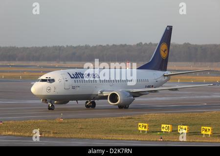 Berlin, Deutschland, Lufthansa Flugzeug auf einer Startbahn am Flughafen Berlin-Tegel Stockbild