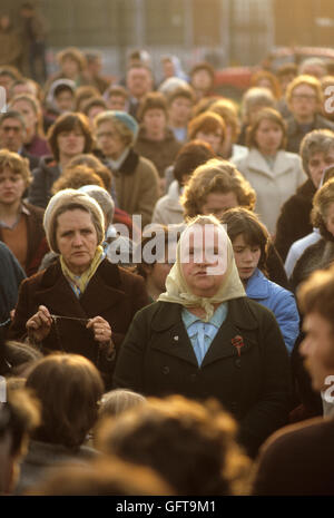 Frauen bei einer Beerdigung in der Stadt beten treffen für die Männer getötet, während die Mühen Stockbild