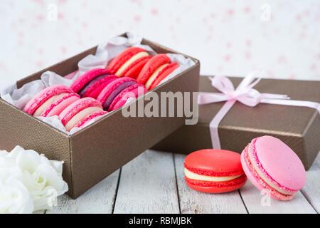 Eine Sammlung von Rosa macarons in einer Geschenkbox. Stockbild