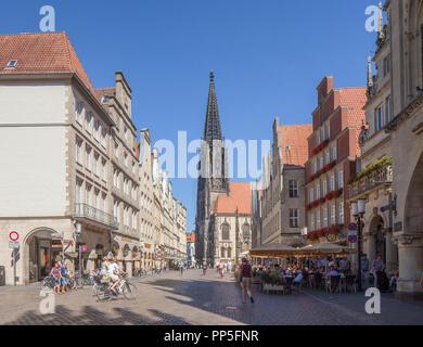 Alte Häuser am Prinzipalmarkt mit St. Lamberti Kirche, Münster in Westfalen, Nordrhein-Westfalen, Deutschland Ich Giebelhäuser am Prinzipalmarkt mit Stockbild