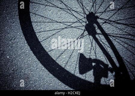 Schatten Sie auf der Straße Rad eines Fahrrades Stockbild