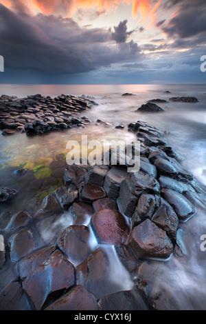 Die Giants Causeway in der Abenddämmerung. Nordirland. Stockbild