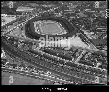 White City Stadium, Shepherd's Bush, London, 1935. Das Stadion wurde 1908 erbaut für die Olympischen Spiele in London statt. Das Stadion war Austragungsort für verschiedene Sportarten während seiner Geschichte und war besonders mit Windhundrennen und Speedway nach dem Zweiten Weltkrieg verbunden. Es wurde 1985 abgerissen und die Site wurde neu entwickelt, wie die BBC White City Komplex. Stockbild
