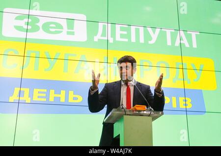 Leiter der Diener des Volkes Partei Dmytro Razumkov spricht nach der Ausfahrt Umfragen Ergebnisse nach einem Tag der Abfrage bei den Parlamentswahlen im dem Land, an seine Partei Diener des Volkes (Sluga Narodu) der Wahl Hauptsitz in Kiew. Am 20. Mai 2019 Präsident der Ukraine Volodymyr Zelensky während seiner Einweihung über aufgelöste Parlament angekündigten und geplanten vorgezogenen Parlamentswahlen für Juli 21. Stockbild