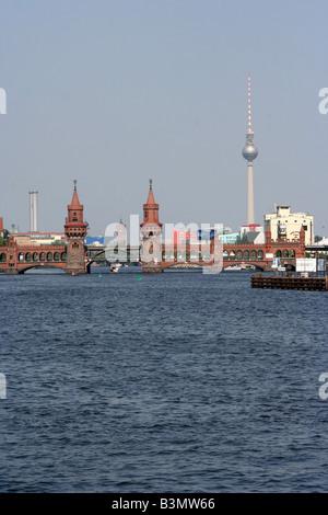 Fernsehturm Fernsehturm und Oberbaumbruke mit der Spree in Berlin Deutschland Mai 2008 Stockbild