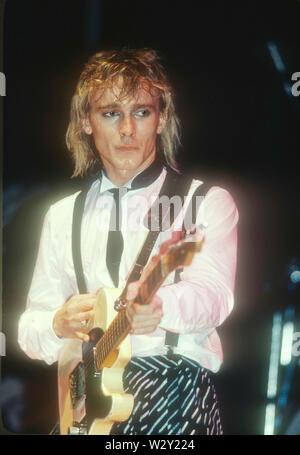 LOS ANGELES, Ca - 06 Dezember: Musiker Robin Zander von Cheap Trick im Konzert ca. 1982 im Hollywood Palladium in Los Angeles, Kalifornien. Stockbild