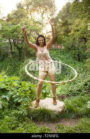 Gemischte Rassen Frau spielt mit Kunststoff hoop Stockbild