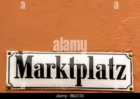 Deutsche Zeichen für Marketplace auf der Außenwand Stockbild