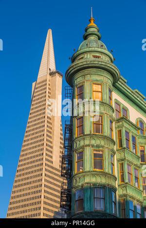 Ansicht der Transamerica Pyramid Building und Columbus Tower auf der Columbus Avenue North Beach, San Francisco, Kalifornien, Vereinigte Staaten von Amerika Stockbild