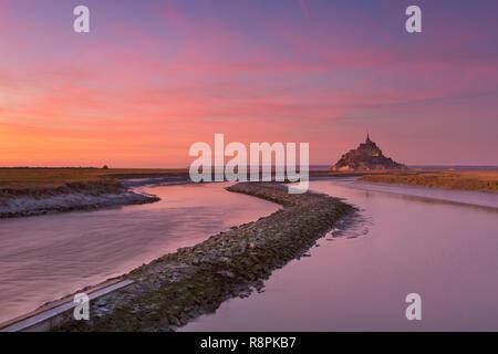 Le Mont Saint Michel in der Normandie, Frankreich fotografiert bei Sonnenuntergang. Stockbild