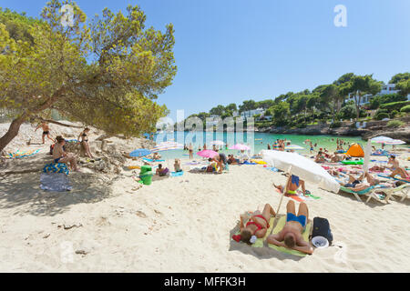 Cala d'Or, Mallorca, Spanien - August 2016 - Touristen am Strand von Cala d'Or Stockbild