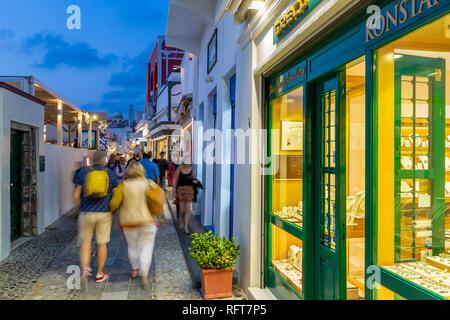 Blick auf die belebte Einkaufsstraße in Fira in der Dämmerung, Fira, Firostefani, Santorini (Thira), Kykladen Inseln, Griechische Inseln, Griechenland, Europa Stockbild