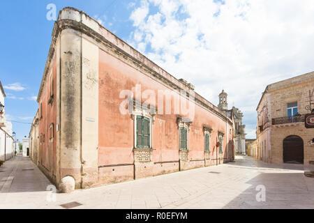 Presicce, Apulien, Italien - 29. MAI 2017 - Eine alte industrielle Gebäude in der Altstadt verlassen Stockbild