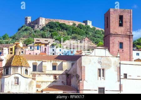 Dorf von Bosa mit Serravalle Burg (Burg der Malaspina), Bosa, Provinz Oristano, Sardinien, Italien, Mittelmeer, Europa Stockbild