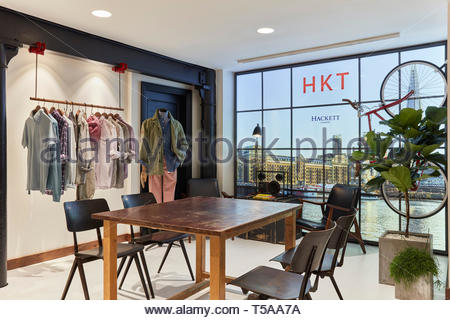 Tabelle im Showroom. HKT Showroom, London, Vereinigtes Königreich. Architekt: N/A, 2019. Stockbild