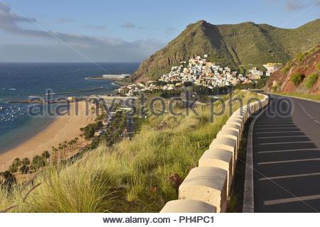 Atlantikküste, Playa de Las Teresitas Strand und Dorf von San Andres in den Ausläufern des Anagagebirge im Nordosten von Teneriffa Kanarische Inseln Spanien. Stockbild