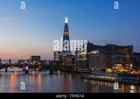England, London, Southwark, Waterfront Skyline und der Shard in der Morgendämmerung Stockbild
