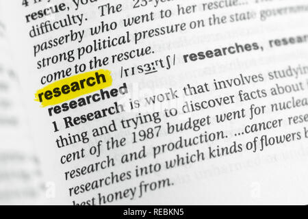 """Englische Wort """"Forschung"""" und seiner Definition im Wörterbuch hervorgehoben. Stockbild"""