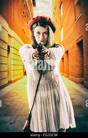 Frau mit einer Pistole in th Kamera Stockbild