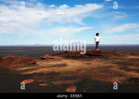 Junge stand auf Felsen am Craters of The Moon Stockbild