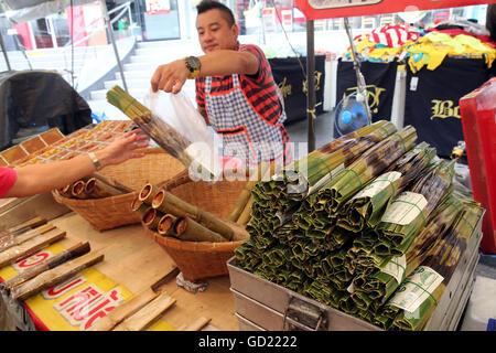 Klebreis in Bambus, Lebensmittelmarkt Bangkok, Bangkok, Thailand, Südostasien, Asien gekocht Stockbild