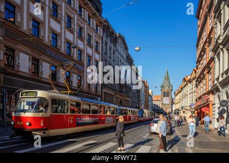 Straßenbahn in der Nähe der Straße Jindrisska Turm, Prag, Tschechische Republik, Europa Stockbild